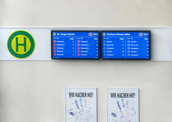 Zwei digitale Abfahrtsanzeiger