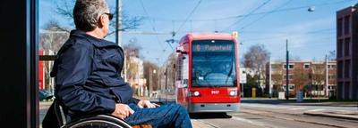 Rollstuhlfahrer wartet auf die Straßenbahn