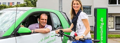 Mann im Auto und Frau mit Fahrrad