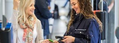 Frau zeigt Kontrolleurin ihr BOB Ticket